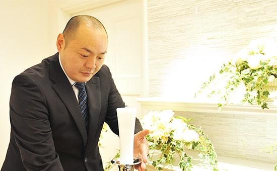 葬儀ディレクターの祭壇飾り作業の様子
