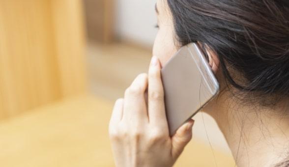 電話お問い合わせしている女性のイメージ