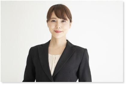 スーツを着用した女性の葬儀運営スタッフのバストアップ写真