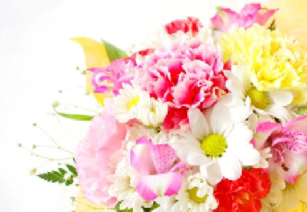 華やかにアレンジされた赤やピンク、黄色の生花