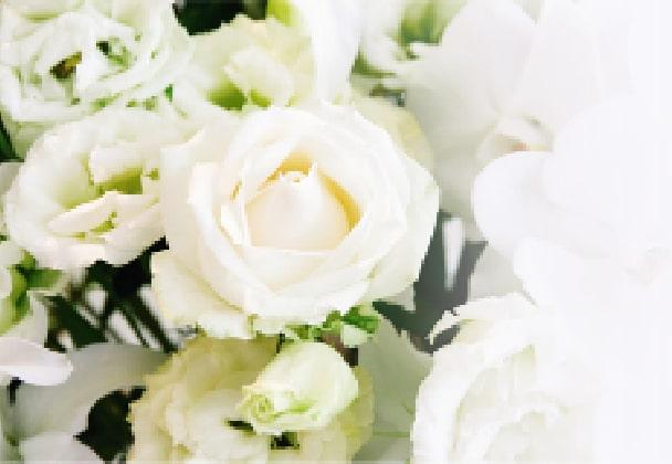 """白いバラなどをアレンジした花束"""""""""""