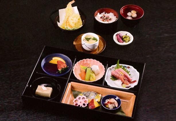 お通夜・告別式に召し上がる、お寿司、天ぷら、オードブルなどの料理
